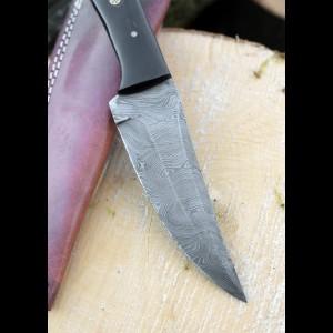 Nož z damaščanskim jeklom in ročajem iz kravjega roga
